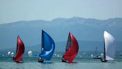 """'Le Bol d'Or se """";des voiles""""'' Sur la même ligne .... mais pour combien de temps ??? Il faudra savoir jouer avec le vent.  © Marc Bouchenot"""