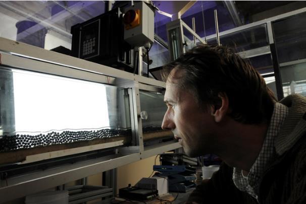 Visualisation du charriage à forte pente à l'échelle de la particule (Photo Hubert Raguet)
