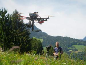 Acquisition d'images aériennes par drone sur un glissement de terrain en montagne. © Sébastien de Danieli
